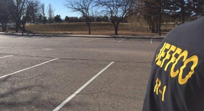 Imagem da polícia do Colorado mostra estacionamento da escola Columbine