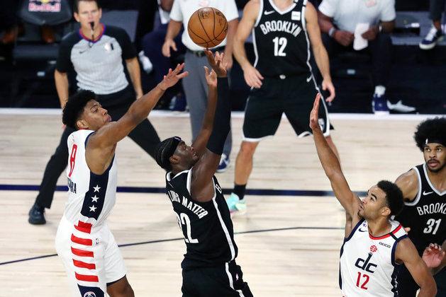 Com 34 pontos e sete rebotes, o ala-armador Caris LeVert (Brooklyn Nets) liderou sua equipe na primeira vitória em Orlando. A equipe superou o Washington Wizards por 118 a 110 no confronto direto pela última vaga aos playoffs pela conferência Leste. Agora, o Nets está com 31 triunfos em 66 jogos, enquanto o Wizards venceu 24 e perdeu 42