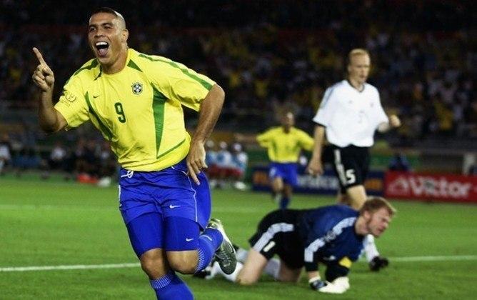 Com 62 gols, RONALDO foi para a terceira colocação, com 62 gols marcados em 98 partidas. Ao celebrar seu gol diante dos peruanos, Neymar reverenciou o Fenômeno, pentacampeão mundial em 2002.