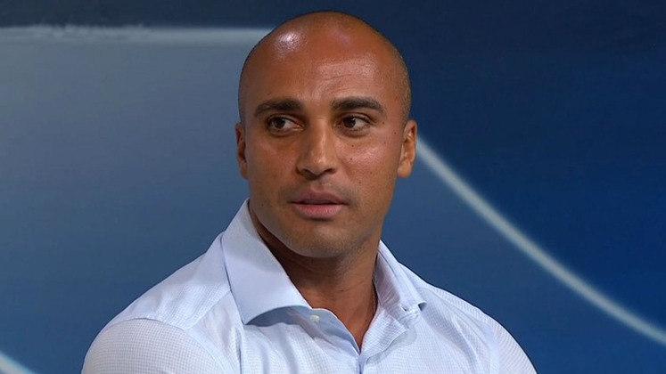 Com a chegada de Mazzuco, o ex-jogador Deivid deixou a diretoria de futebol da Raposa e retornou para o cargo de diretor técnico do clube.