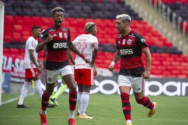 Com a vitória de ontem na partida contra o Internacional, o Flamengo assumiu a liderança do Brasileirão e agora é o mais cotado para ficar com a taça. O LANCE! montou uma galeria atualizada com as chances de cada clube - conforme a tabela no momento - de título, vaga para a Libertadores (G6) e rebaixamento. Os dados são do Departamento de Matemática da Universidade Federal de Minas Gerais (UFMG).
