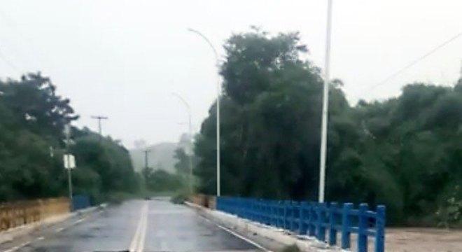 Com as fortes chuvas uma ponte cedeu e motoristas devem seguir rotas alternativas