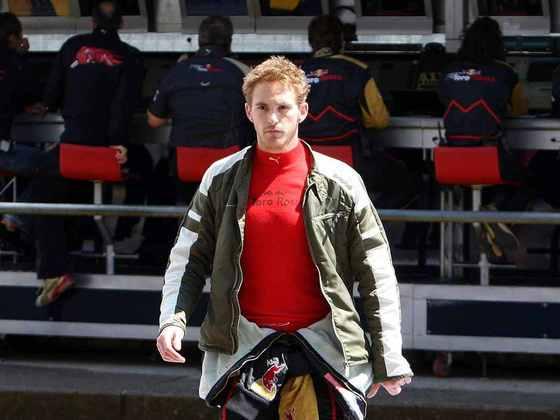 Com briga e agressão do chefe de equipe, Scott Speed foi dispensado da Toro Rosso em 2017 para a chegada de Sebastian Vettel.