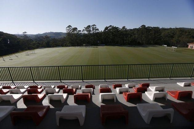 Com cerca de 600 mil metros quadrados três campos oficiais de futebol, o Centro de Formação de Atletas é referência nesse quesito no Brasil.