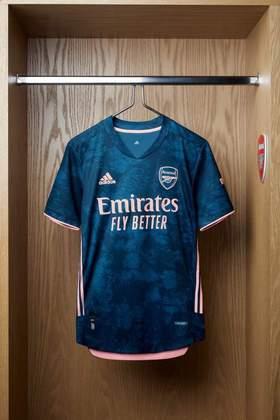 Com diferentes tons de azul, o novo terceiro uniforme do Arsenal traz um design nebuloso. Isso é possível graças ao azul marinho na camisa, que visa ilustrar as luzes e a atmosfera do Emirates Stadium durante uma partida noturna