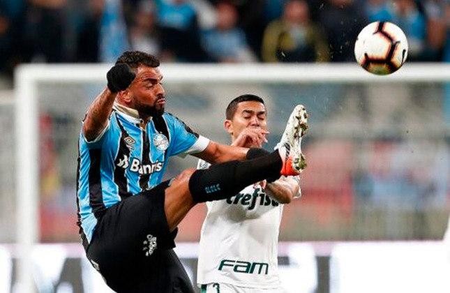 Com dois gols fora de casa, o Grêmio eliminou o Palmeiras nas quartas de finais da Libertadores de 2019. No placar agregado, o confronto terminou empatado em 2 a 2, mas o Imortal passou pelo quesito de gol fora.