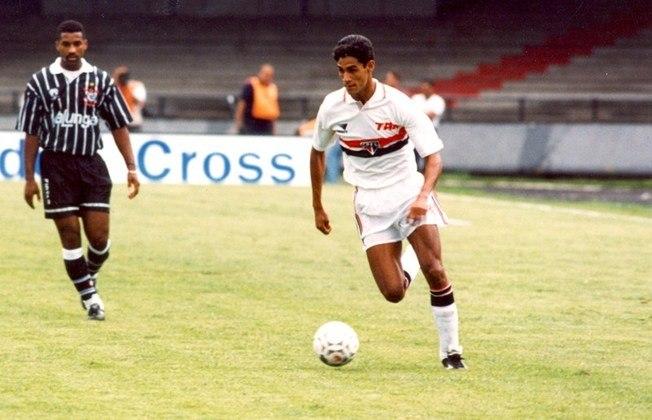 Com menos de 19 anos, já era titular da lateral-esquerda do time profissional são-paulino mais vencedor da história, o da era Telê Santana, e se tornou campeão da Copa Libertadores, Recopa, Supercopa e Mundial de Clubes em 1993. Conquistou ainda o bi da Recopa em 1994.