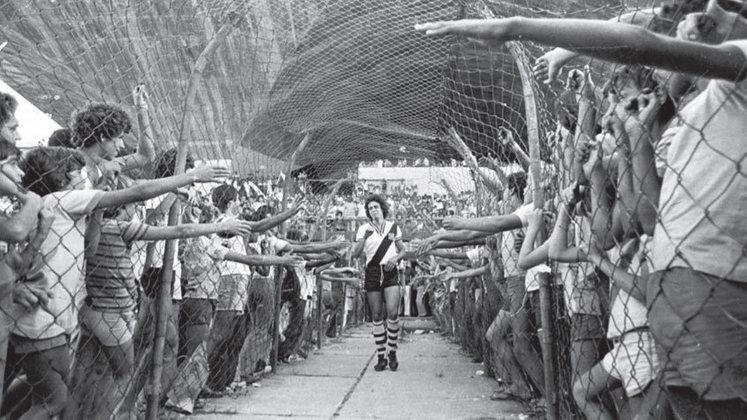 Com muita identificação e conquistando a paixão da torcida, Dinamite foi considerado o melhor jogador do Vasco por dez temporadas. Cabe salientar que dos 22 anos em que atuou como profissional, 21 foram com a camisa do Gigante da Colina.