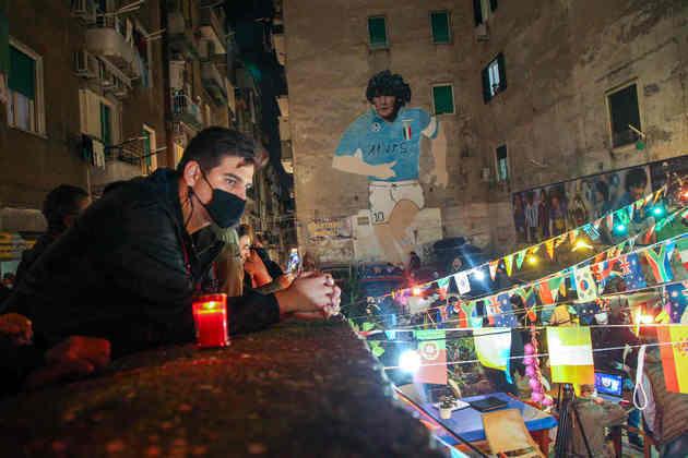 Com mural de Maradona, torcedores lamentaram morte do ídolo.