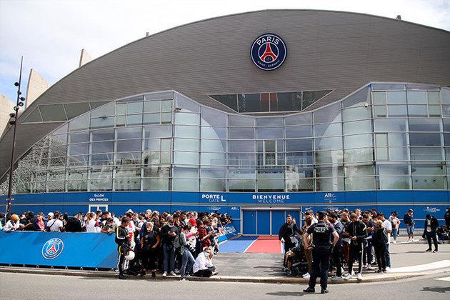 Com negociações avançadas entre Messi e PSG, torcedores aguardam possível chegada do argentino nesta segunda-feira