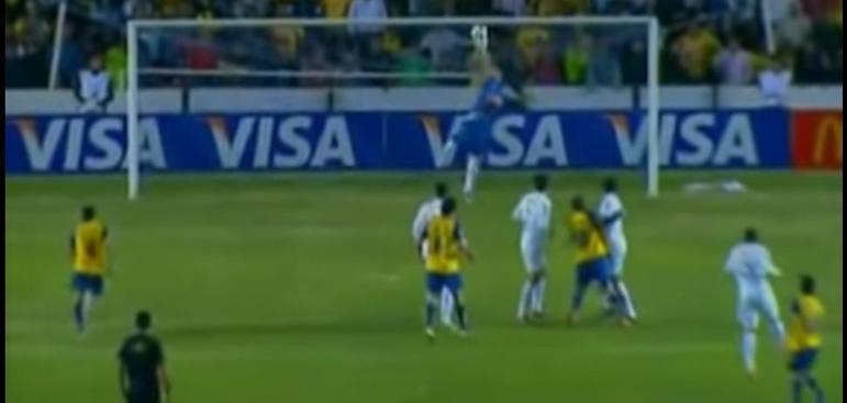 Com, no mínimo, cinco defesas difíceis, o goleiro Rafael assegurou a classificação do Santos às quartas de final da Libertadores, após garantir o empate sem gols na cidade de Queretaro. Como o Peixe havia vencido o jogo de ida, na Vila Belmiro, uma semana antes, avançou no torneio.