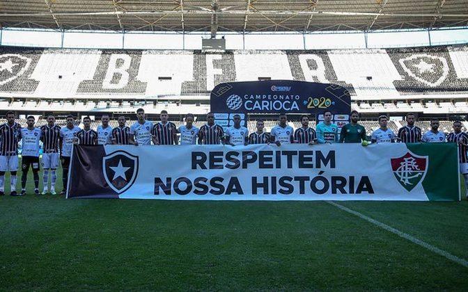 Com o aumento dos casos de Covid-19 no país, as competições foram paralisadas. O Botafogo foi uma das últimas equipes do país a retornarem aos treinos e, quando voltou a jogar, fez questão de protestar. Nesta foto, em um amistoso contra o Fluminense, outro time que também foi contra a volta das partidas com rapidez, as equipes entraram com uma faixa de protesto.
