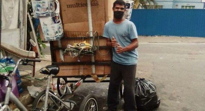 Com paralisia, Wellington tem dificuldade para carregar a reciclagem