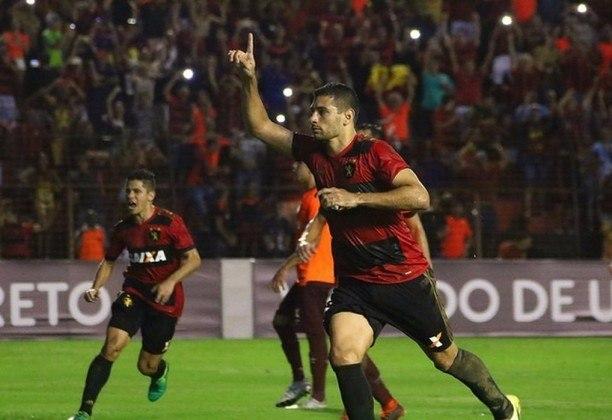 Com passagem pelo Fluminense, o atacante Diego Souza enfrentou o clube carioca pelo Sport e marcou um golaço em uma bela arrancada.
