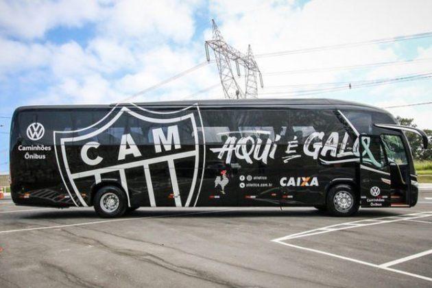 Com predominância da cor preta, o ônibus do Atlético-MG traz, em suas laterais e na parte superior, o escudo do clube e a frase