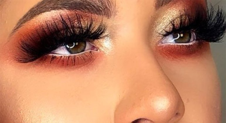 Com quase 400 mil seguidores no Instagram, ela utiliza o perfil para mostrar suas makes e também tem um curso de maquiagem.