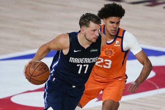 Com seis jogos no domingo, os destaques ficaram para a surpreendente derrota do Dallas Mavericks para o Phoenix Suns e os triunfos de Boston Celtics e Houston Rockets