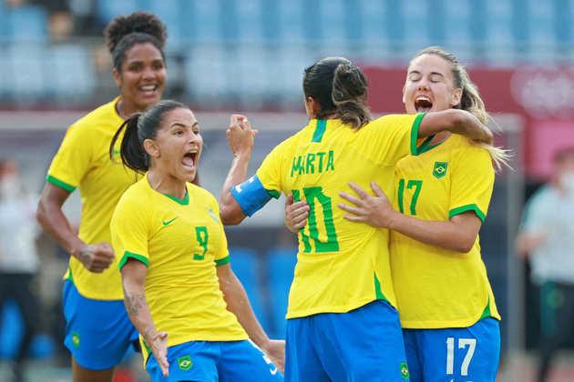 Com show de Marta, o Brasil estreou no futebol feminino com goleada sobre a China por 5 a 0, pelo Grupo F. A seis vezes melhor do mundo marcou duas vezes, enquanto Debinha, Andressa Alves e Bia Zaneratto completaram o placar.