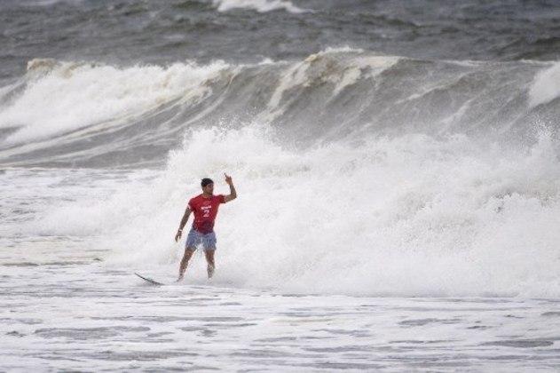 Com um de seus aéreos, Gabriel Medina eliminou o rival australiano Julian Wilson e garantiu vaga nas quartas de final do surfe masculino. O atual líder do ranking mundial teve um duelo acirrado, que ficou em aberto até o último segundo. O próximo duelo será contra o taitiano Michel Bourez.