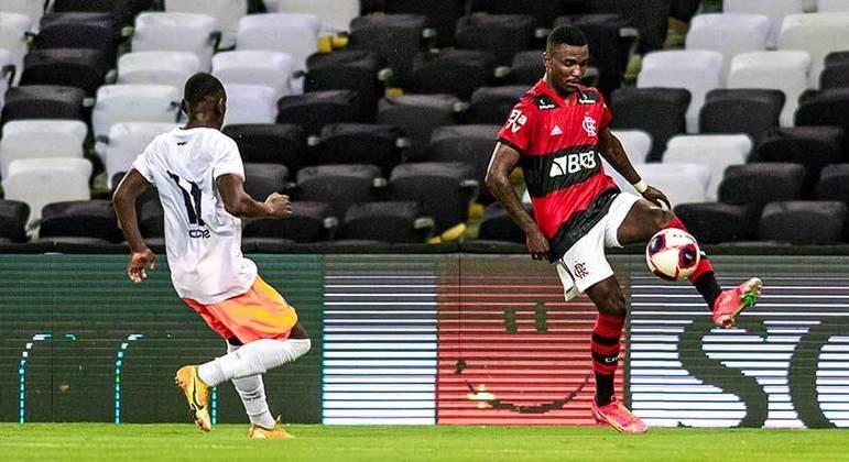 Com um time formado por Garotos do Ninho, o Flamengo venceu ontem o Nova Iguaçu por 1 a 0, no Maracanã, na estreia do Carioca, com golaço de Max.