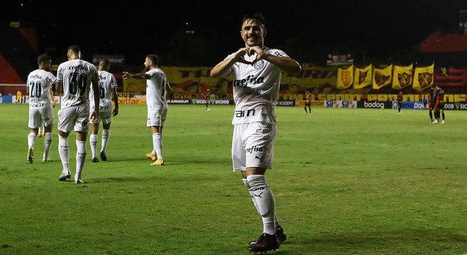 Com um time reserva, o Palmeiras foi até Recife e derrotou o Sport por 1 a 0, na noite deste sábado, pelo Campeonato Brasileiro.Willian Bigode fez o que dele se esperava na função de centroavante e marcou o gol da vitória do Verdão. Confira as notas do Palmeiras no LANCE! (por Nosso Palestra)