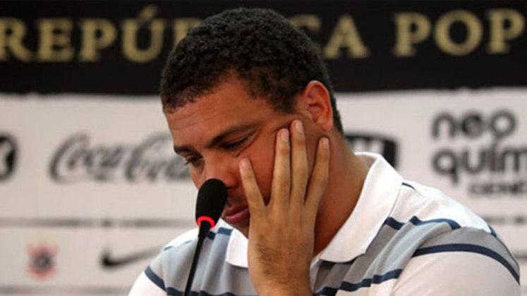 Com uma carreira cheia de lesões e muito tempo no DM, Ronaldo se viu esgotado fisicamente e anunciou a sua aposentadoria do futebol no dia 14 de fevereiro de 2011.