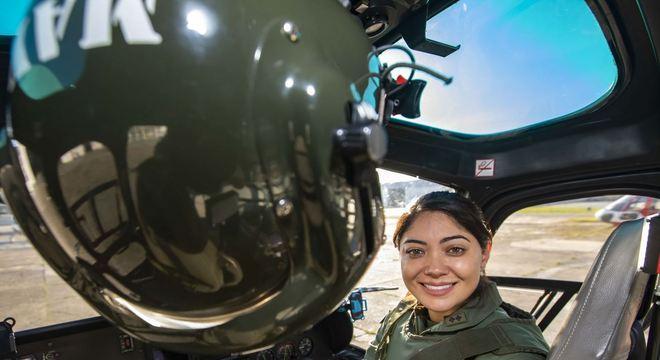 Mayara Tanaka, de 31 anos, se tornou a primeira mulher comandante de aeronaves