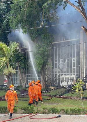 São 60 bombeiros para controlar o fogo que consome o prédio