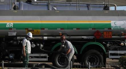 Caminhão-tanque descarrega combustível em posto