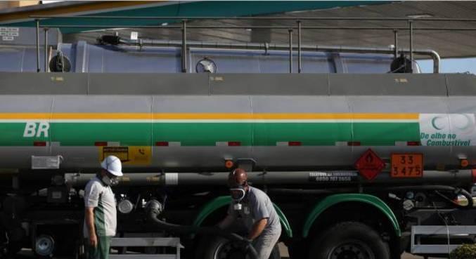 Caminhão-tanque descarrega combustível em posto em Porto Alegre (RS)
