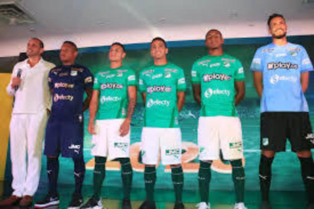Começando a lista da Colômbia. Em 74º no geral e com a camisa mais barata, temos a o Deportivo Cali. A peça custa 45 dólares, o que equivale a 129.900 pesos colombianos, A Puma é a fornecedora do material.