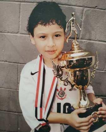 Começo no Corinthians - Gabriel Martinelli nasceu em Guarulhos no dia 18 de junho de 2001. Aos seis anos de idade, passou a jogar no futsal do Corinthians. Dos 10 aos 13 anos, migrou para o futebol, mas saiu do clube por conta de sua mudança para Itu, após aposentadoria dos pais. Martinelli marcou 73 gols em 139 jogos pela base do Corinthians.