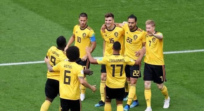 Jogadores da Bélgica comemoram o gol de Meunier, que abriu o placar