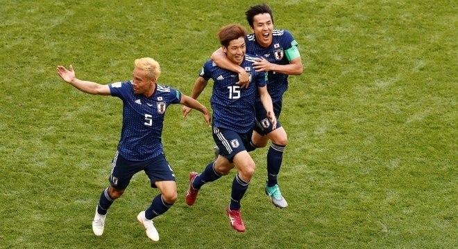 Japoneses comemoram gol de Osako, o segundo do Japão contra a Colômbia