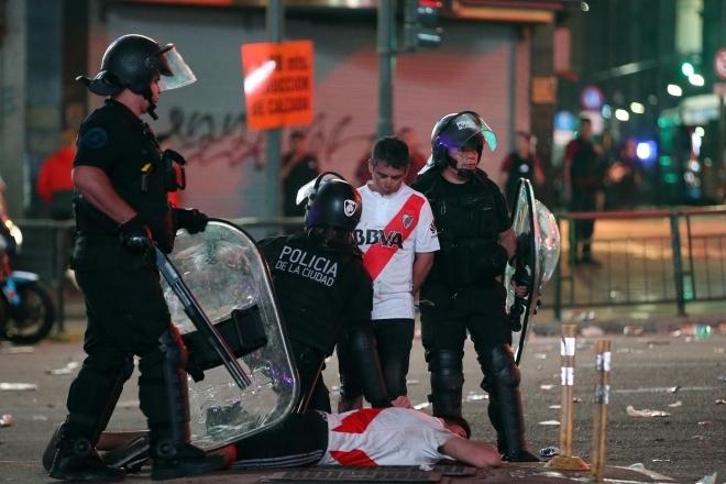 Segundo a polícia de Buenos Aires, cerca de Buenos Aires, cerca de 20 torcedores foram detidos e depois liberados