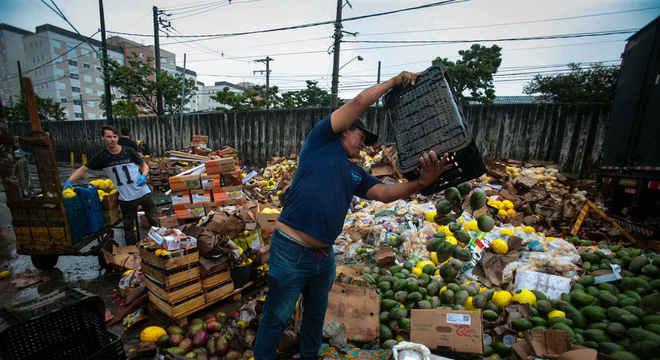 Comerciantes jogam alimentos fora na Ceagesp por causa das chuvas