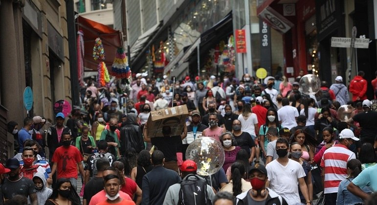 Movimentação na região da rua 25 de Março em São Paulo (SP), na terça-feira (22)