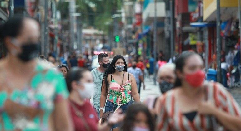 Movimento do comércio nas ruas centrais da cidade de Campinas que esta na fase laranja