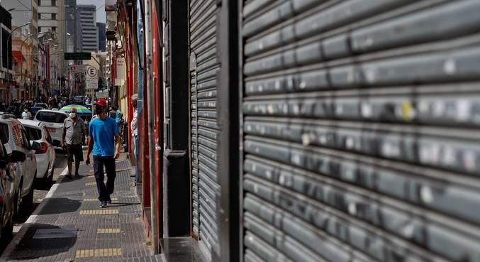 Comércio da rua Santa Efigênia, no centro de São Paulo, amanheceu fechado nesta segunda (15)