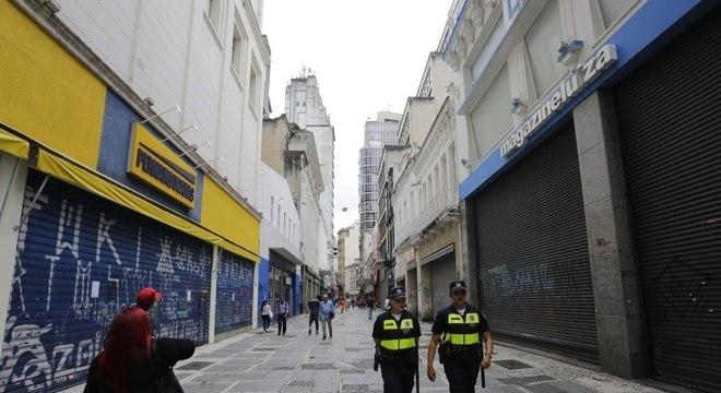 Ruas de comércio no centro de SP estão vazias após decreto de fechamento