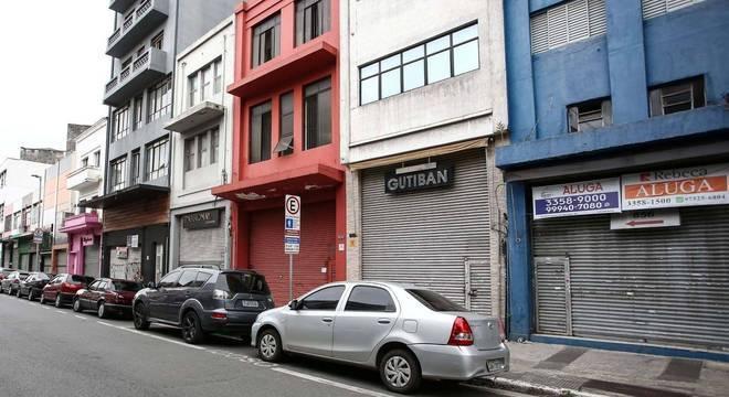 Comércio fechado em rua do Bom Retiro, região central de SP, em abril, durante quarentena