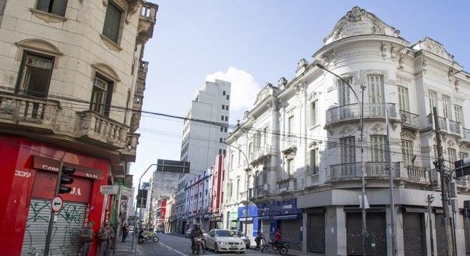 Lojas com as portas fechadas na região da Rua Santa Ifigênia, no centro de SP