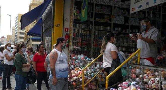 Clientes têm temperatura medida na abertura do comércio de rua em SP