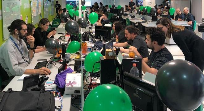 Funcionários monitoram vendas online de rede de supermercados