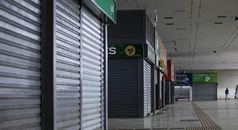 Lojas fechadas na rodoviária do Plano Piloto, em Brasília (DF), por conta do lockdown imposto pelo governador