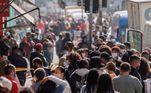 SP - MOVIMENTAÇÃO/COMÉRCIO - GERAL - Movimentação de pessoas na Rua 25 de Março, região central de São Paulo, na manhã desta quinta-feira (02). Decreto que permite multar quem não estiver utilizando máscaras na cidade começou à valer hoje. 02/07/2020 - Foto: BRUNO ROCHA/FOTOARENA/FOTOARENA/ESTADÃO CONTEÚDO