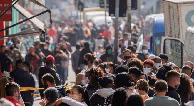 Movimentação de pessoas na Rua 25 de Março, região central de São Paulo