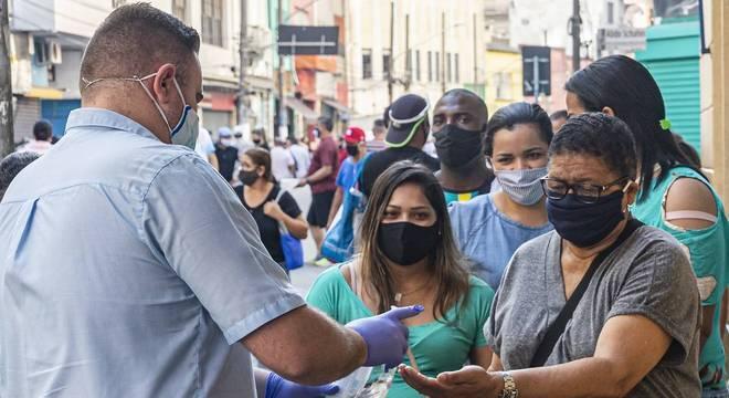 Em eventos de campanha, uso de álcool gel e máscaras são obrigatórios