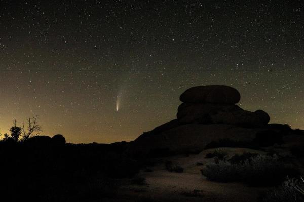 Nos EUA, assim que o sol baixou no horizonte doParque Nacional Joshua Tree, na Califórnia, a cauda do Neowise brilhou no céu