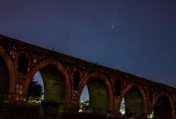 Na Macedônia, a foto do cometa registrou também um aqueduto do século VI